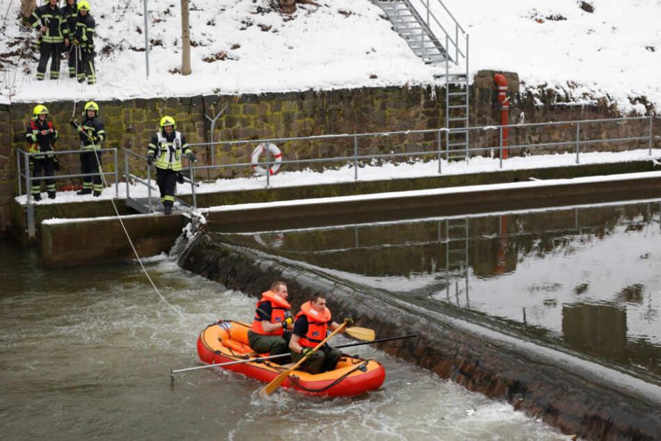 """Die Feuerwehr paddelte mit einem Boot zu dem """"Kopf""""."""
