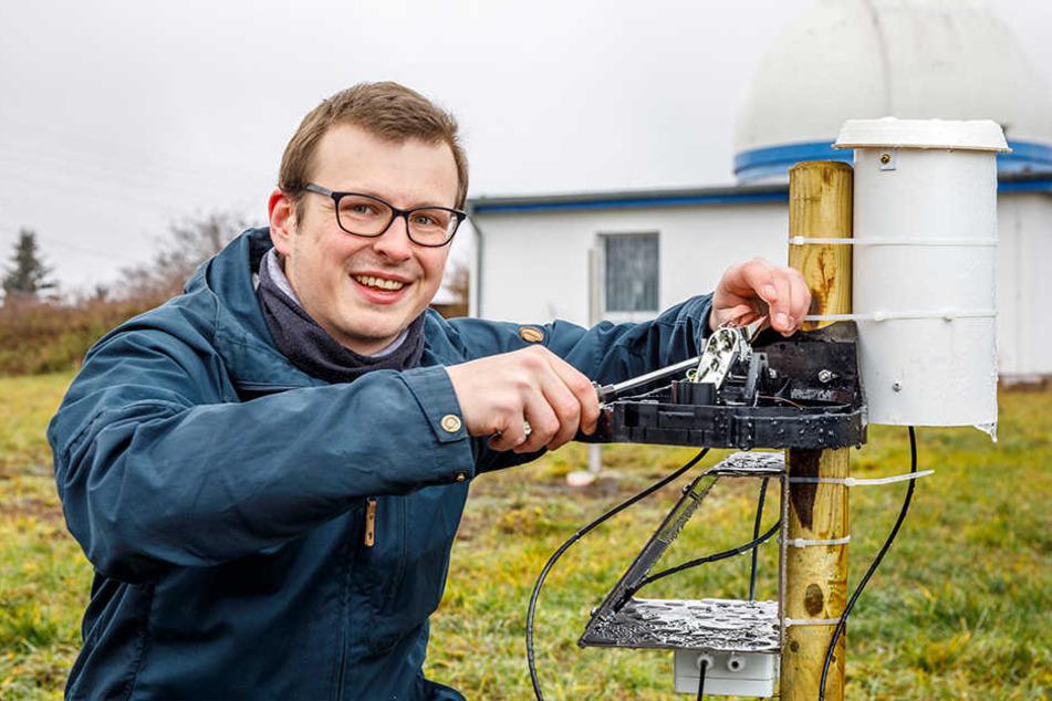 Student Arne Rümmler (27) montiert das erste von 50 geplanten Messgeräten.