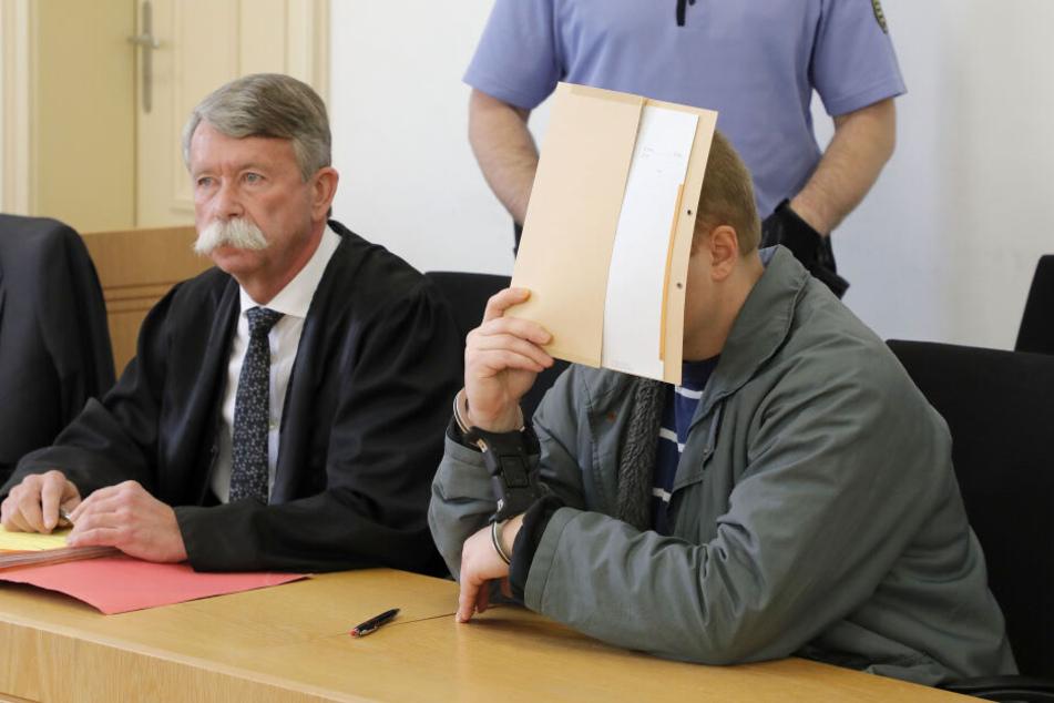 Weil er seine Ex-Freundin im Schlaf mit einem Küchenmesser erstochen haben soll, steht ein 32-Jähriger seit Donnerstag in Chemnitz vor Gericht.