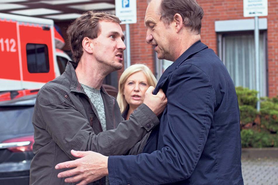 Für Oliver Lessmann (Jan Krauter, l.) ist Gutachter Kühne (Peter Heinrich Brix) schuld am Schicksal seiner Frau. Lürsen (Sabine Postel) muss schlichten.