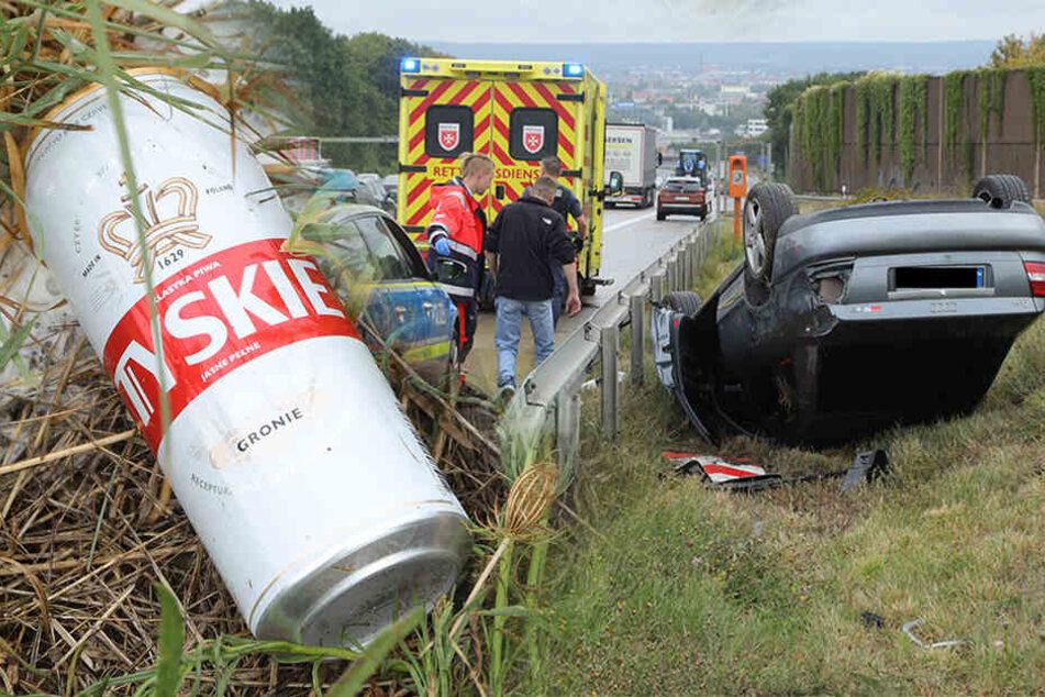 Vor den Augen der Polizei! Besoffener Unfall-Fahrer greift erstmal zum Bier