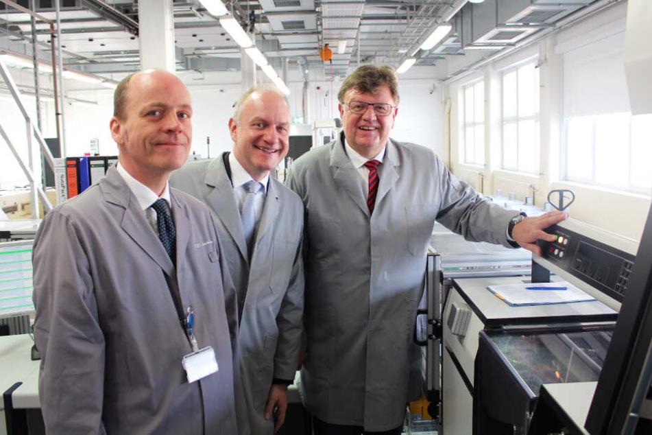Und ab geht's! Bundesbank-Vorstandsmitglied Johannes Beermann drückt den grünen Knopf und schickt die Scheine damit in die letzte Kontrolle, bevor sie verpackt werden.