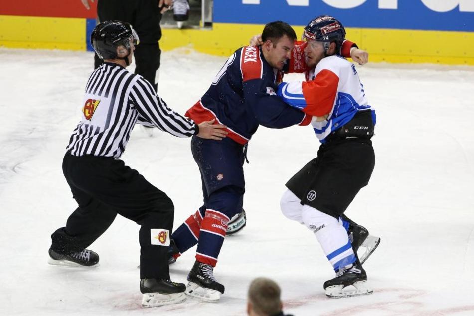 Morant (re.) ist als Raubein bekannt, prügelt sich hier mit einem Spieler der Eisbären Berlin während der Champions-League-Partie im Oktober.
