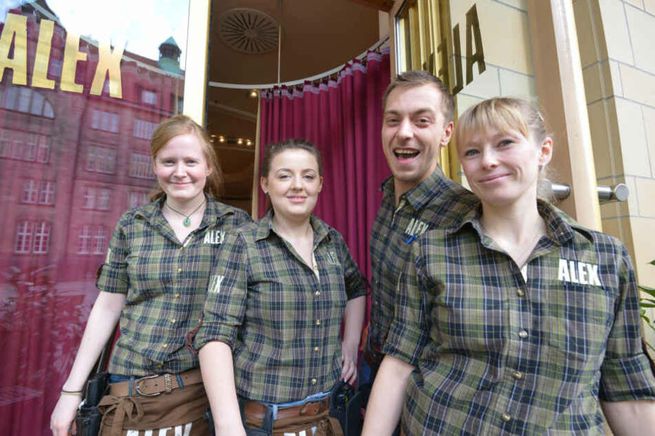 """Alex-Chef Danny Schranz (27) und sein Team Monique Ittner (24, v.l.), Bianca Kunde (24) und Dana Sieber (30) eröffnen eine der ersten """"netten Toiletten"""" in Chemnitz."""