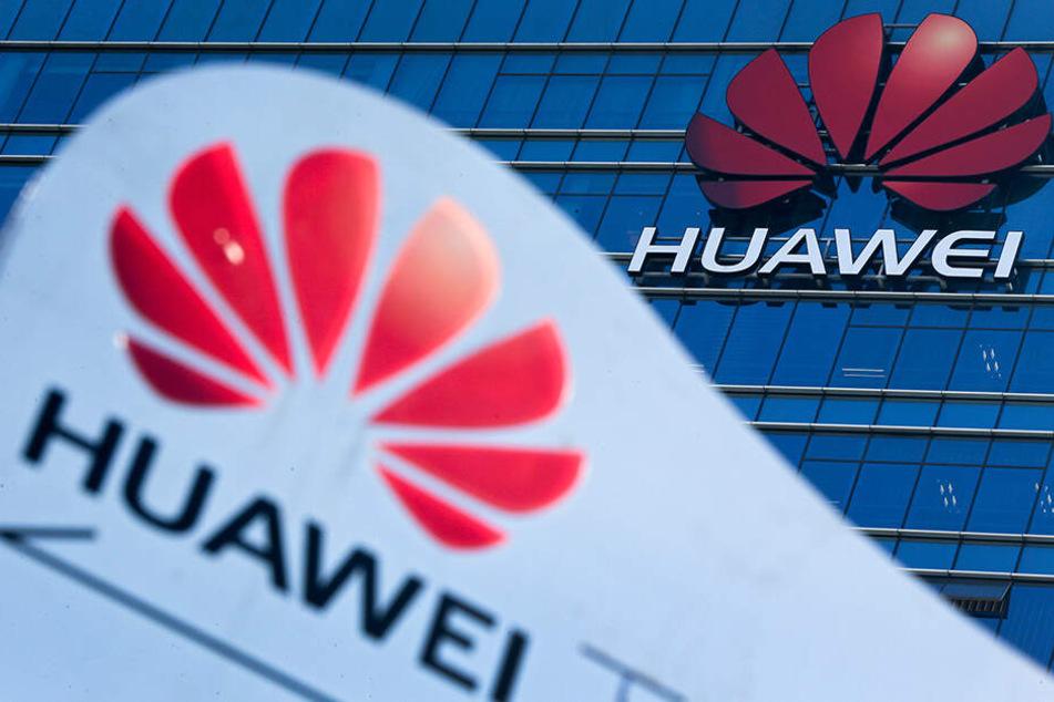 Das Huawei-Logo ist vor und auf dem Forschungs- und Entwicklungszentrum des Konzerns im chinesischen Dongguan zu sehen.
