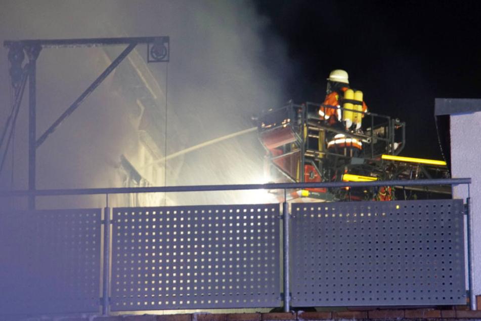 Die Feuerwehr hatte durch den starken Wind erhebliche Schwierigkeiten das Feuer zu löschen.
