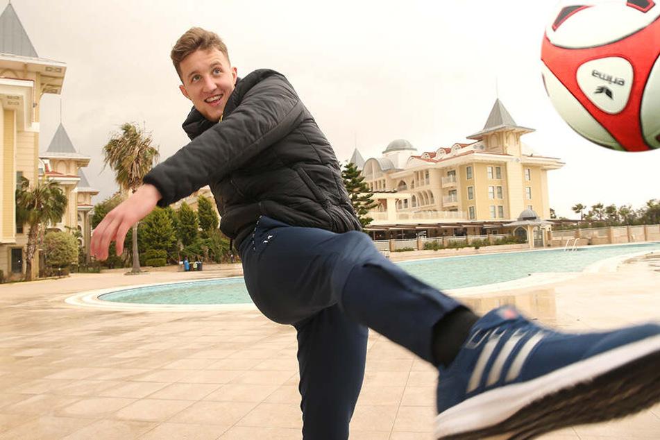 Den nimmt er volley! Tim Campulka zieht im Türkei-Camp ab - natürlich in diesem Fall nur für die Kamera.