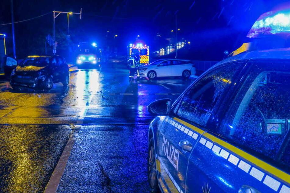 Kreuzungscrash bei Regen: Renault kracht mit Ford zusammen