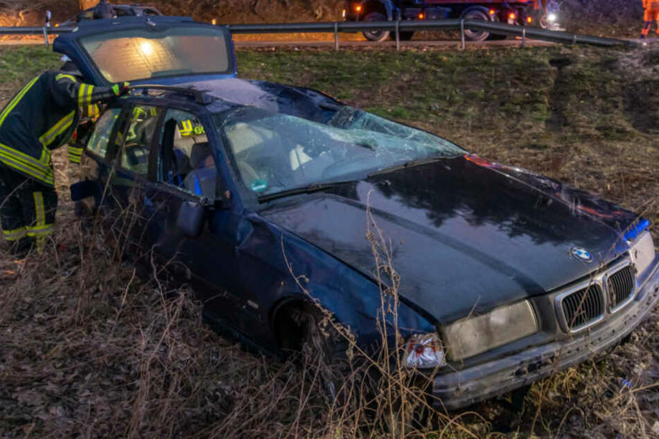 Vater verliert Kontrolle über Auto und stürzt mit Tochter (8) Abhang hinunter