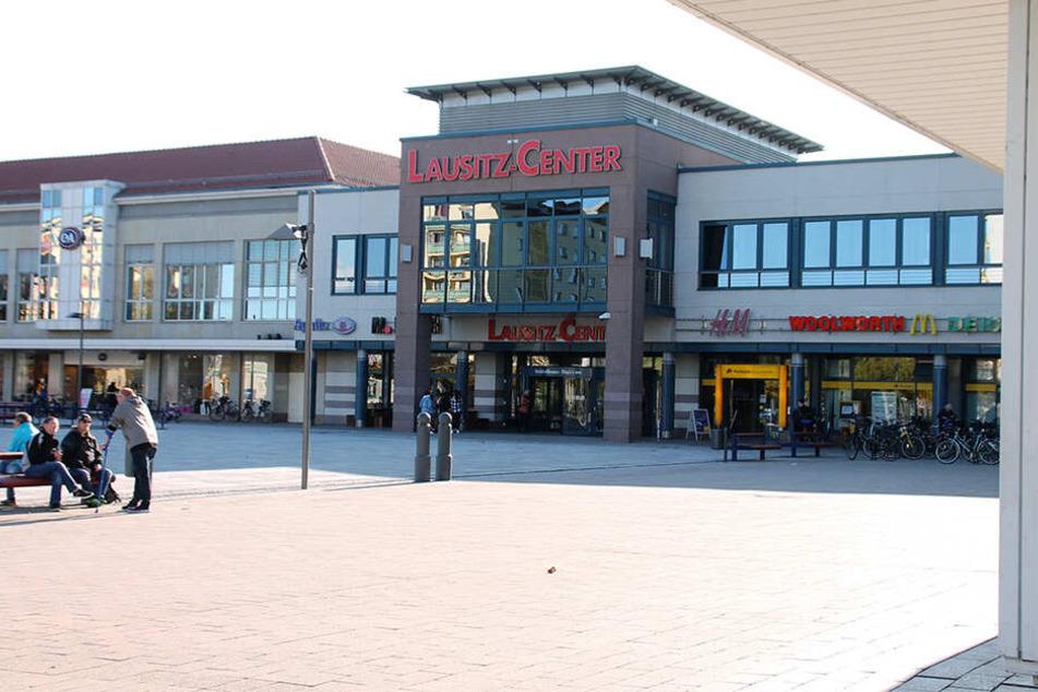 Tatort Lausitz-Center: Die beiden polnischen Einbrecher verschafften sich mit einem Vorschlaghammer Zugang zu dem Einkaufszentrum.