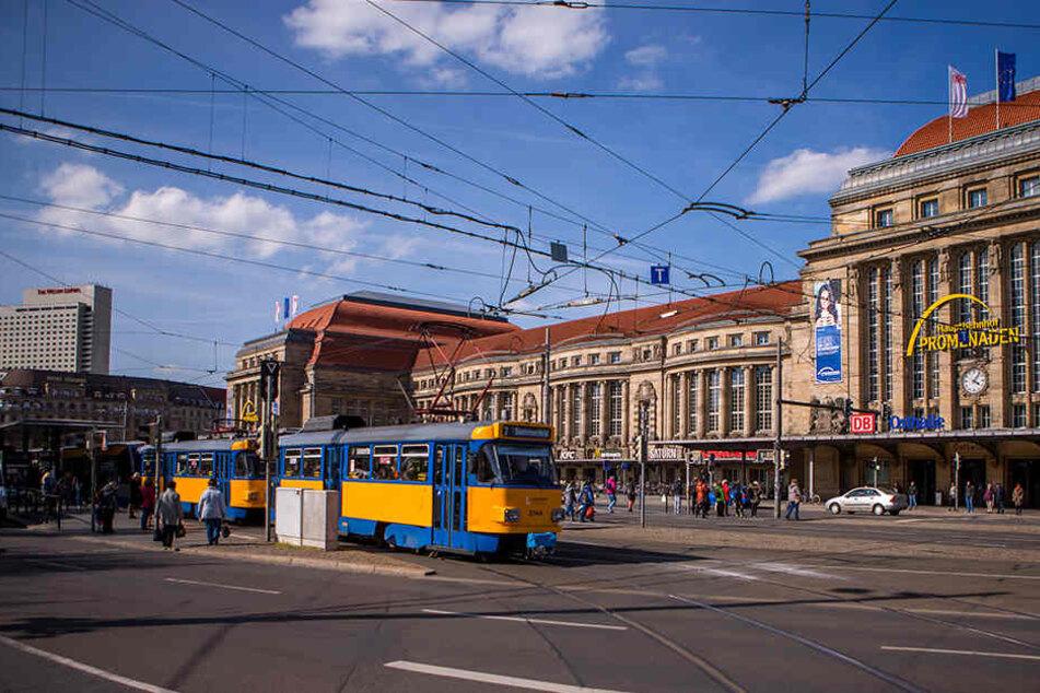 Vorm Hauptbahnhof! Mann wird vor fahrendes Auto gestoßen