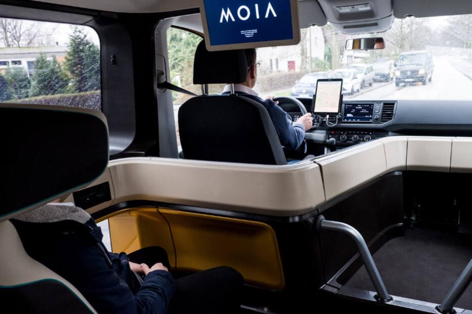 Die Fahrt mit Moia soll vom Komfort zwischen Taxi und Bus liegen.