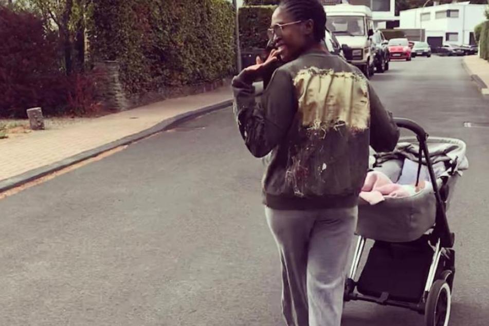 Gruß an die Nachbarschaft: Motsi Mabuse gönnt sich einen Spaziergang mit dem Nachwuchs.