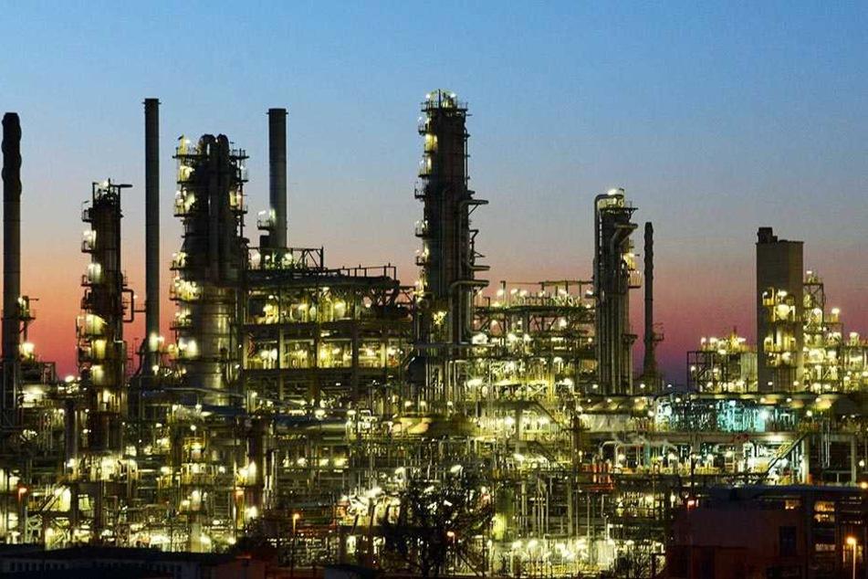 """Ein Teil der Anlagen der """"Total""""-Erdölraffinerie in Leuna."""