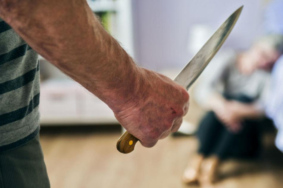 Der Mann ging mit einem Messer auf seine Ex-Frau los, verletzte sie so schwer, dass sie notoperiert werden musste. (Symbolbild)
