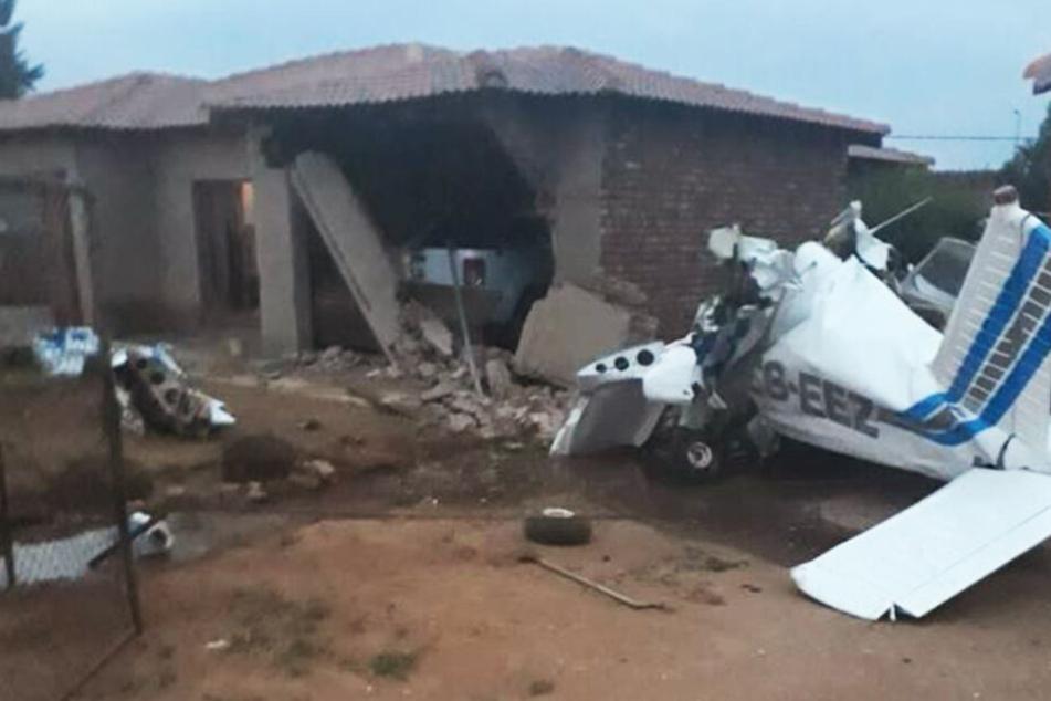Flugzeug und Garage gleichen einem Trümmerfeld.