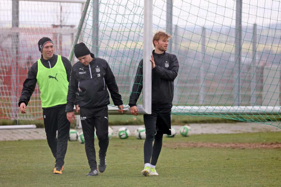 Jan Washausen (r.) beim Training mit Nils Miatke (M.) und Aykut Öztürk.
