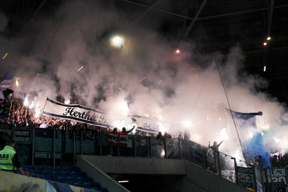 In der ersten Runde des DFB-Pokals zwischen Hansa Rostock und Hertha BSC brannte es in beiden Blöcken, es flogen Raketen.