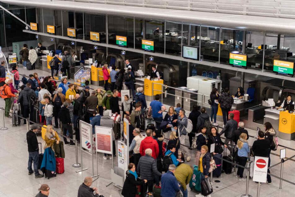 Reisende müssen in den Weihnachtsferien am Flughafen mit längeren Wartezeiten rechnen. (Archivbild)
