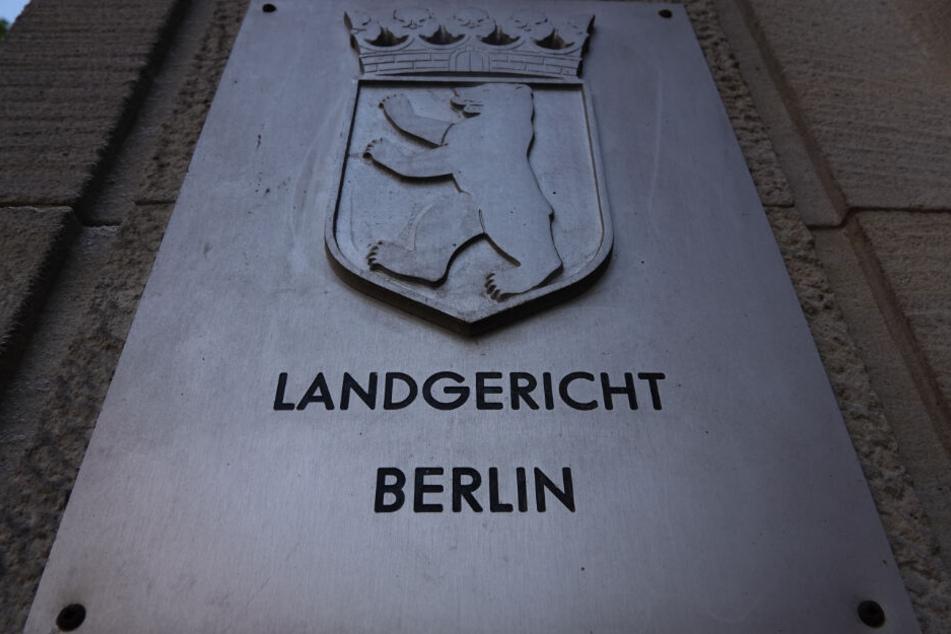 Der Eingang des Landgerichts Berlin mit dem Schriftzug des Gerichts und dem Berliner Wappen. (Archivbild)