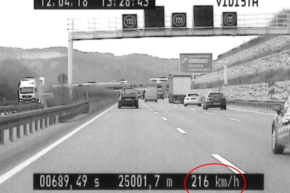 216 Km/h und Handy am Ohr! Polizei schnappt irren Raser