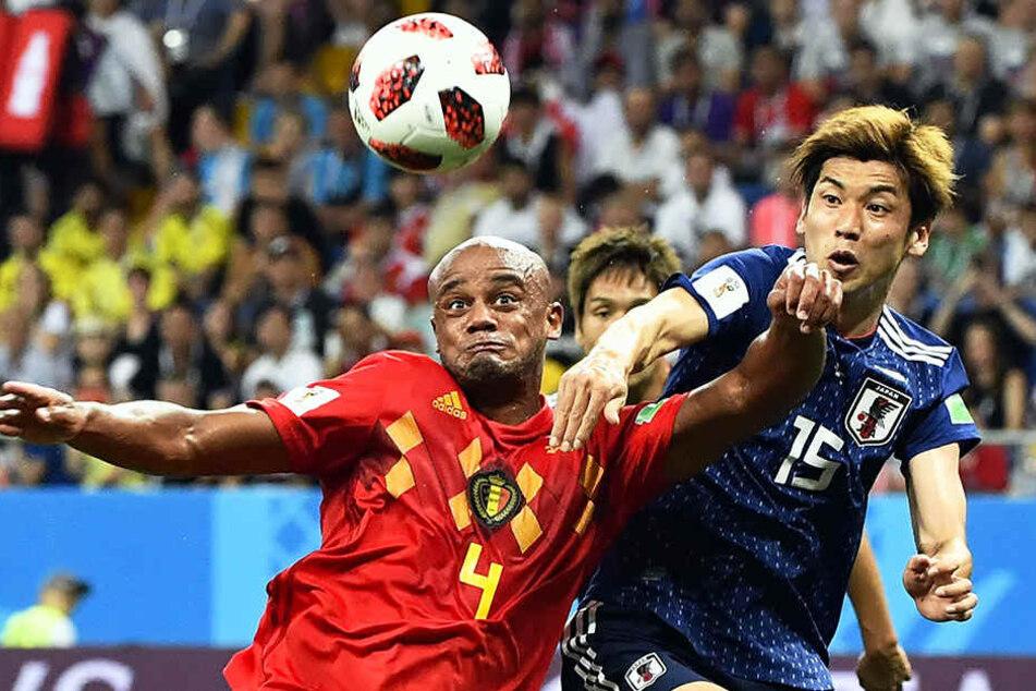 Der ehemalige HSV-Profi Vincent Kompany (l.) für Belgien und Werder Bremens Yuya Osako (r.) für Japan im Duell.