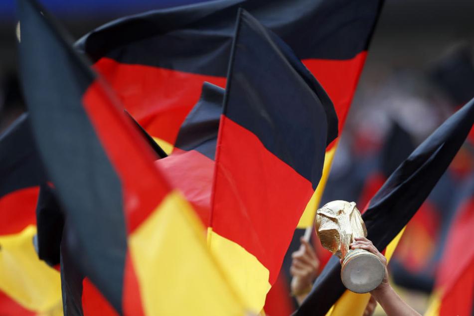 Fans schwenken Deutschland-Fahnen.