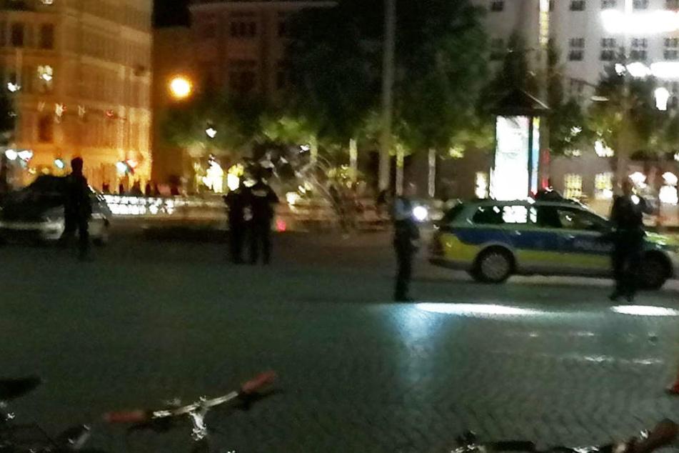 Polizisten suchten den gepflasterten Platz möglicherweise nach Patronenhülsen und anderen Spuren ab.