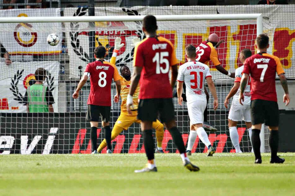 Ryan Babel (3.v.r.) köpfte Galatasaray Istanbul in der 28. Minute mit 1:0 in Führung.