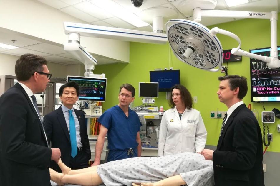 Ärzten rund um Wei Ping Andrew Lee (2. v.l) gelang jetzt eine Penis- und Hodensacktransplantation.