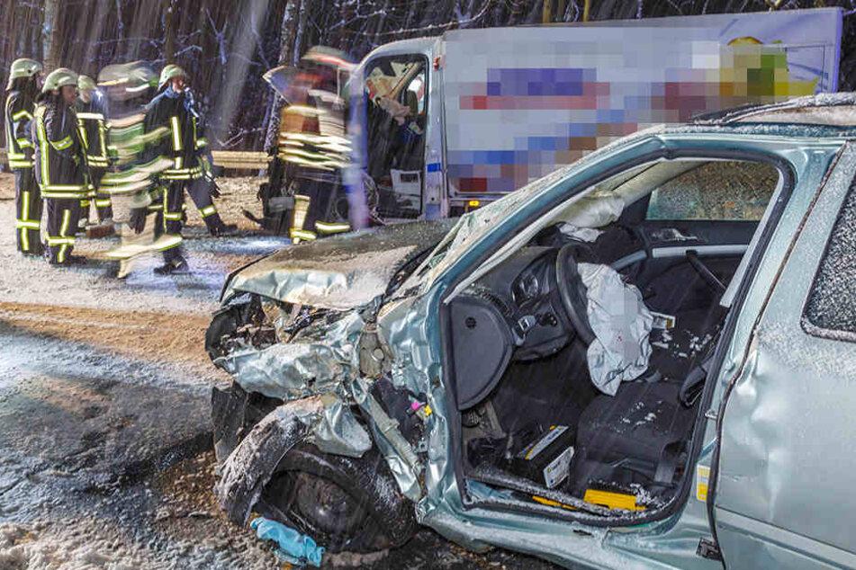 Zwei Verletzte bei schwerem Glätte-Crash