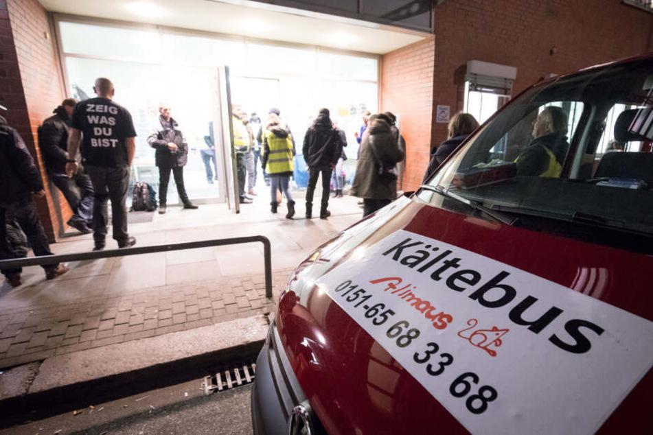 Hamburger Kältebus fährt tausende Kilometer, um Obdachlosen zu helfen