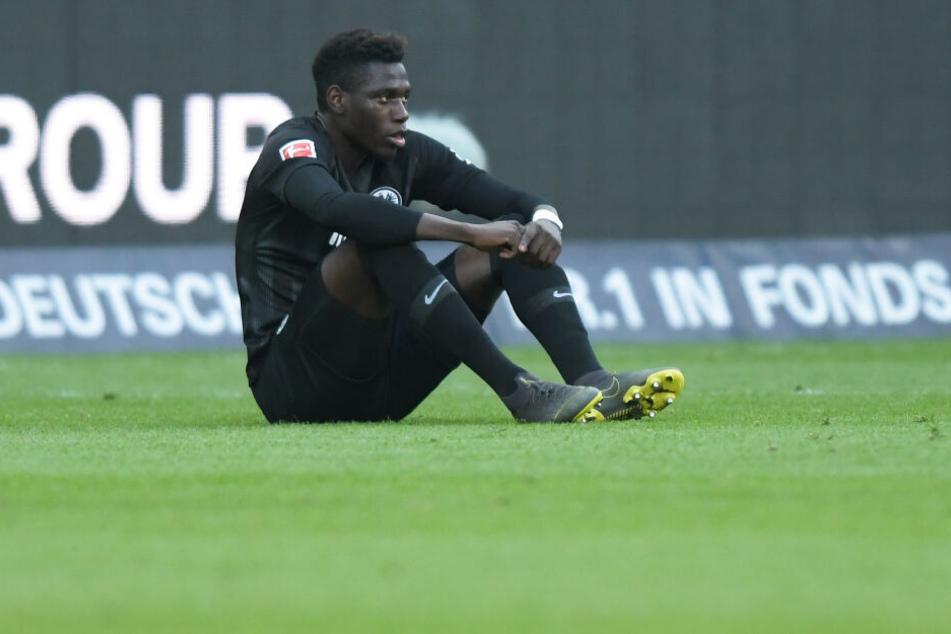 Eintracht Frankfurts Danny da Costa nimmt auf dem Rasen Platz.