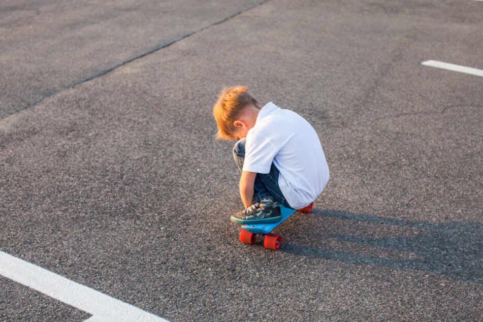 Ein Vierjähriger wurde auf seinem Skateboard von einem Auto erfasst (Symbolbild).