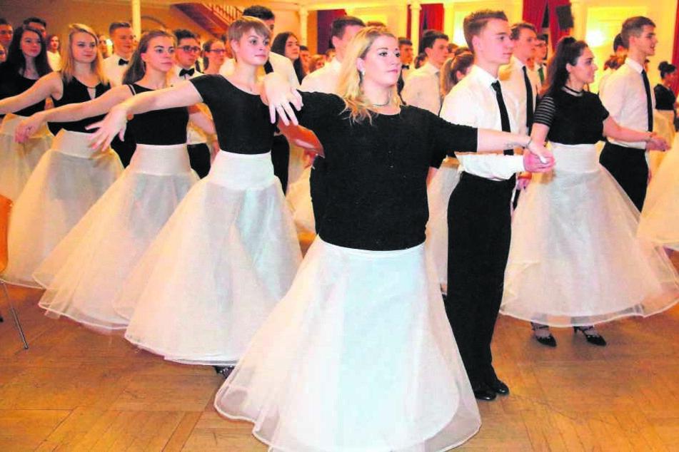 Die Debütanten-Paare verzaubern Jahr für Jahr Gäste und Zuschauer mit einer faszinierenden Tanzdarbietung im Dreivierteltakt.