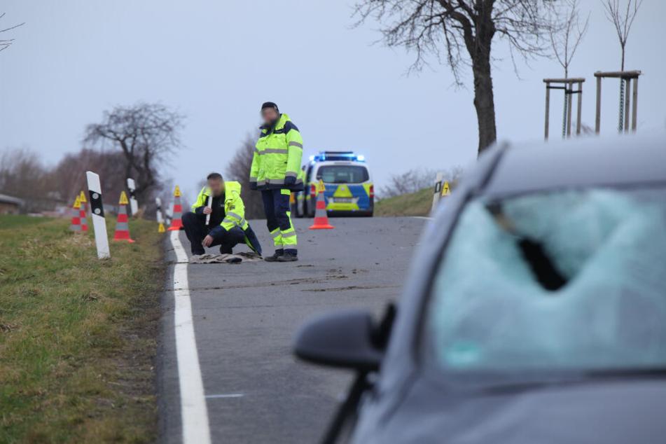 Polizisten stellen Ermittlungen zur Unfallursache an.