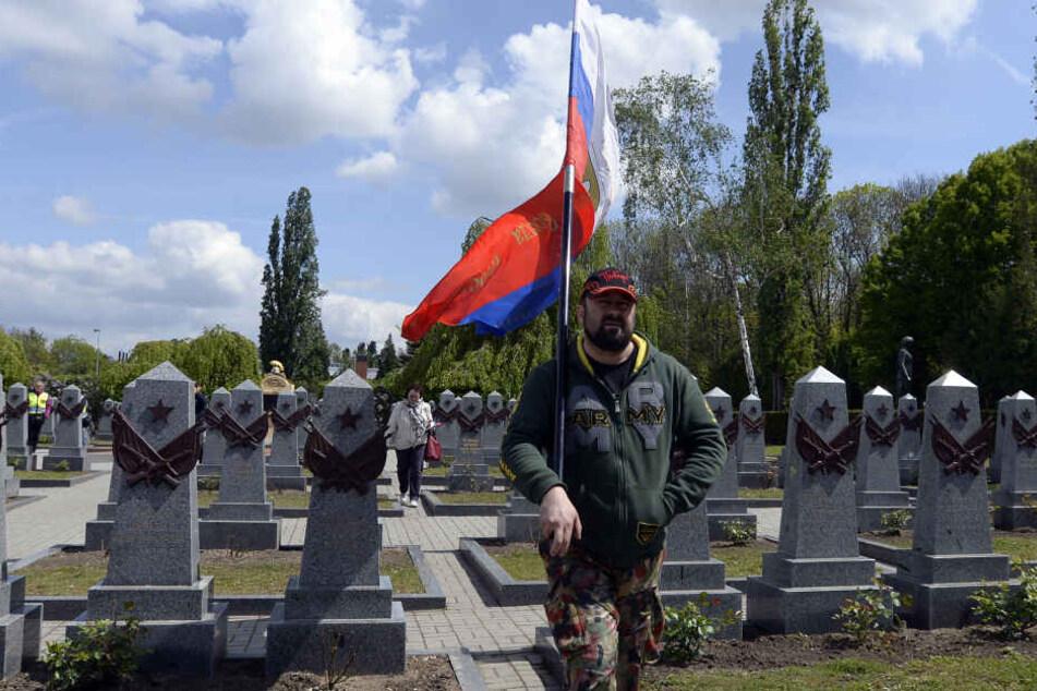 """Die """"Nachtwölfe"""" gedachten auf einem Prager Friedhof den Gefallenen der Roten Armee."""