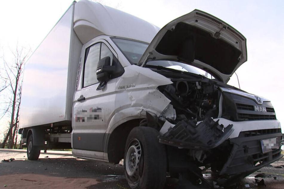 Der weiße Transporter wurde bei dem Unfall an der Front beschädigt.