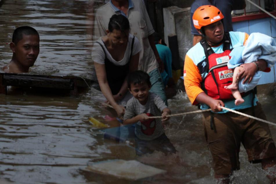 Überschwemmungen reißen mehr als 50 Menschen in den Tod