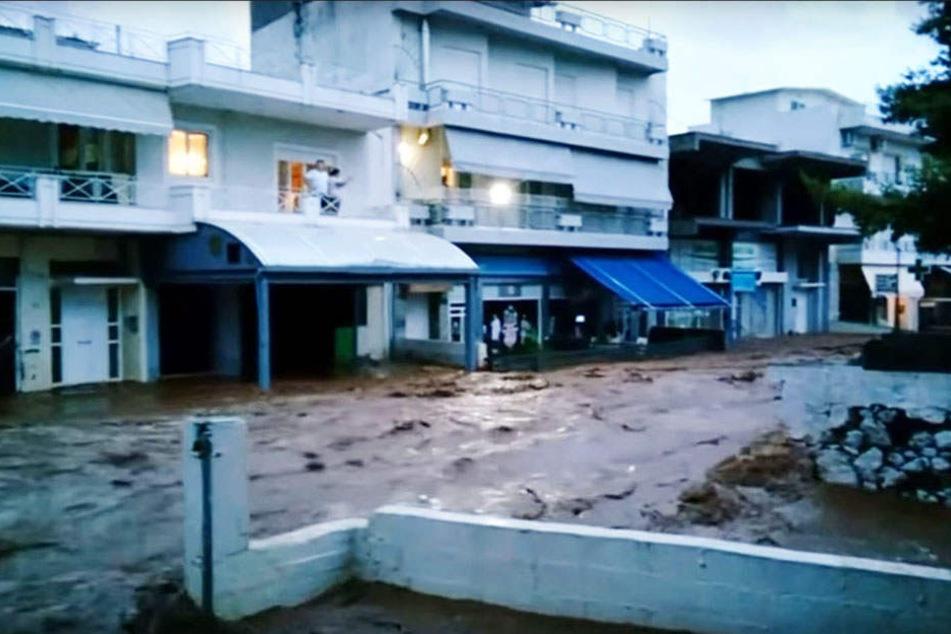 In der Stadt Mandra wurden Straßenzüge zu reißenden Flüssen.