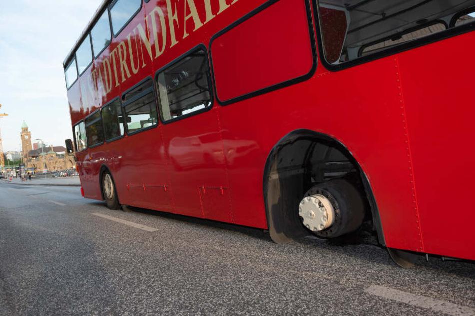 Der Sightseeing-Bus verlor während der Fahrt einen Reifen.