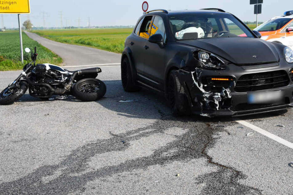 Porsche nimmt Motorrad Vorfahrt: Fahrer verletzt