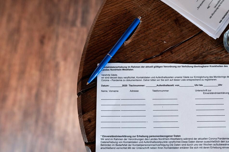 Ein Zettel für die Kontaktdaten von Gästen liegt in einem Restaurant in Dortmund.