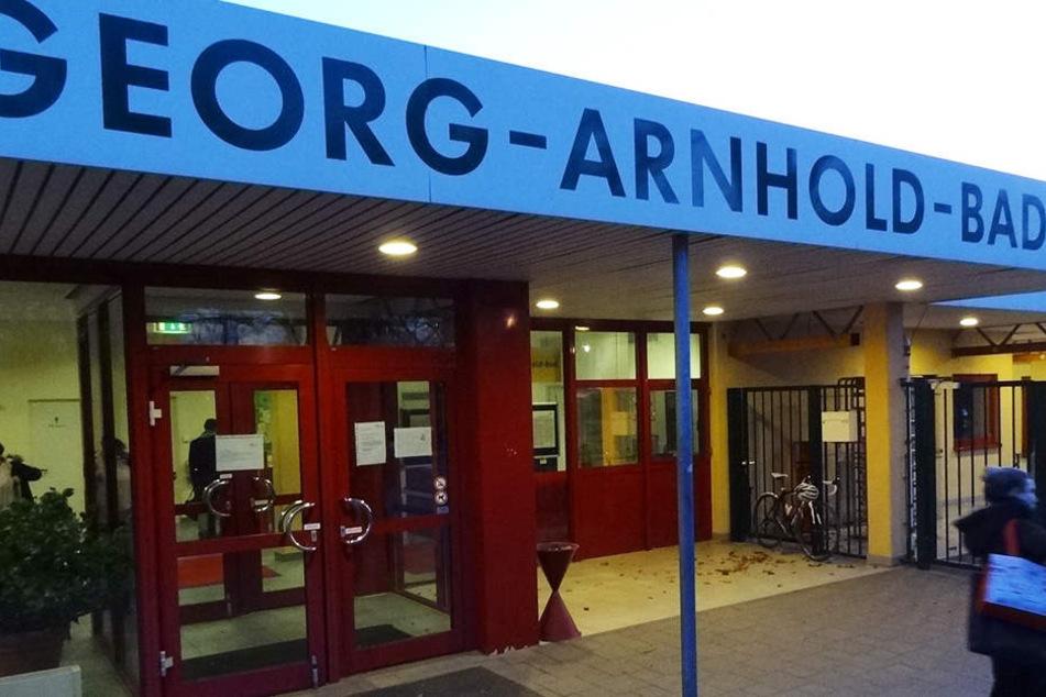 Im Georg-Anrhold-Bad sollen Männer zwei Mädchen (11) massiv belästigt haben. Nun platzte aber der Prozess.