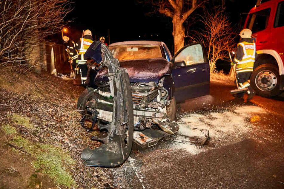 Straßenglätte: 20-Jährige rast mit VW Polo gegen Baum