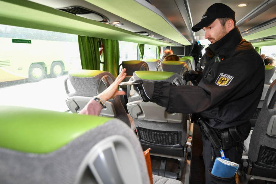 Bei der Kontrolle im Reisebus flog der Mann mit den gefälschten Papieren auf (Symbolbild).