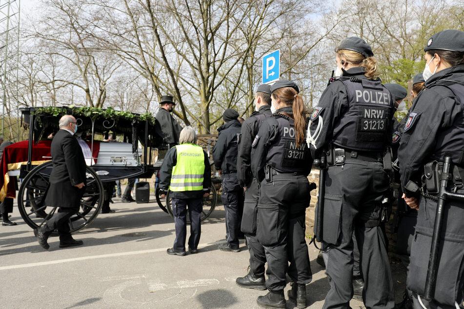 Bei der Trauerfeier einer Großfamilie in Leverkusen ist es am Freitag zunächst nicht zu den befürchteten Problemen mit Menschenansammlungen gekommen.