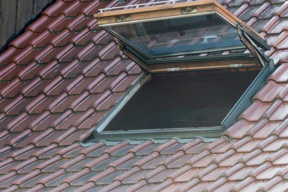 Der 24-Jährige kletterte durch ein Dachfenster und versuchte dann, über das Regenfallrohr zu entkommen. (Symbolbild)