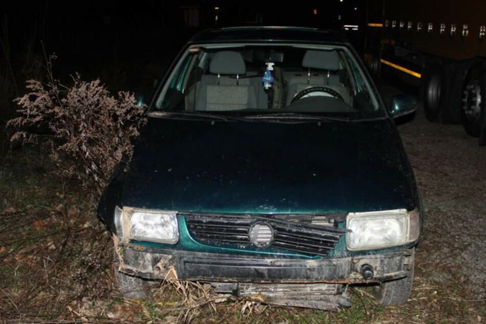 Der VW wurde bei dem Unfall schwer beschädigt, sogar die Airbags wurden ausgelöst.