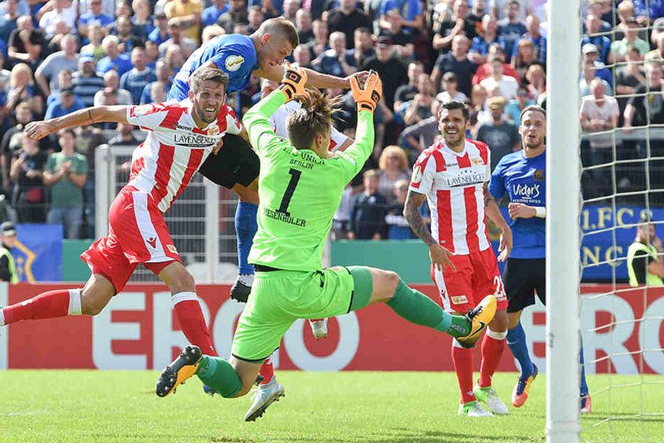 Saarbrückens Kevin Behrens köpft den Ball zum 1:1 in das Tor.